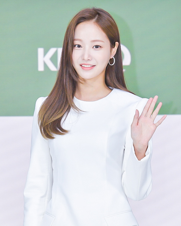 MOMOLAND Yeonwoo appeared for the first time after dating rumors of Lee Min Ho, showing off her long legs! 1