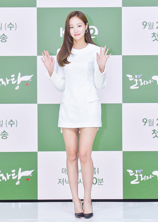 MOMOLAND Yeonwoo appeared for the first time after dating rumors of Lee Min Ho, showing off her long legs! 3