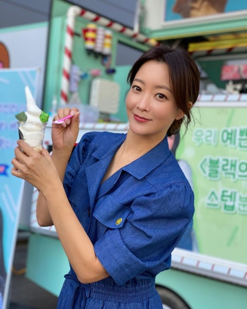 Song Hye Kyo shows off her sweet love for Kim Hee Sun by sending a snack truck to the set of her upcoming Netflix drama! 1